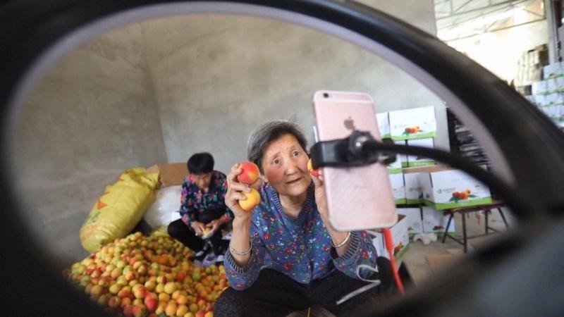 Con người hiện đại ở mọi lứa tuổi nay đã cởi mở hơn với mạng xã hội Ảnh: SCMP